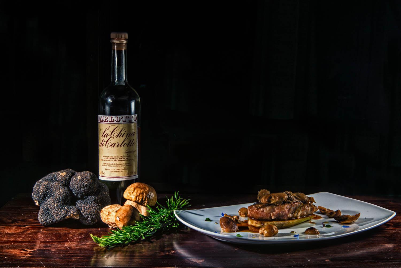 Controfiletto di vitello morbido con tartufo nero nostrano, finferle, salsa di china Carlotto e pasta di cacao al profumo di rosmarino-incenso