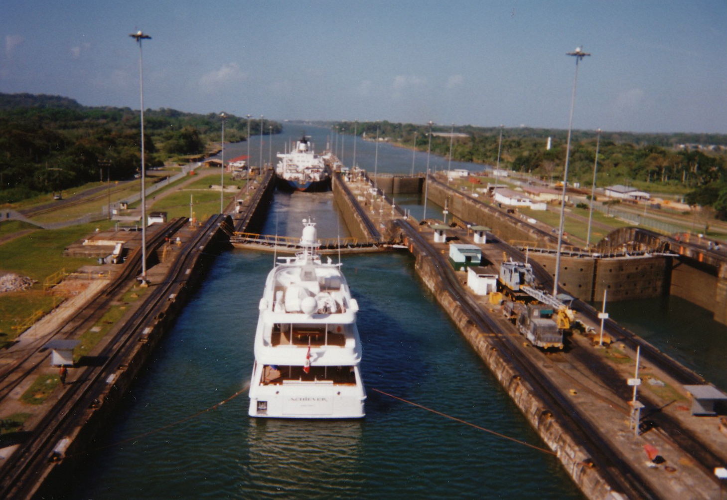 Panama_Canal_locks_1994_ships